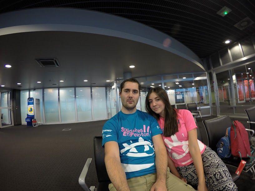 Le jour du départ à l'aéroport... On ne savait pas encore ce que l'année allait nous réserver ! On porte fièrement nos t-shirts ARSEP !