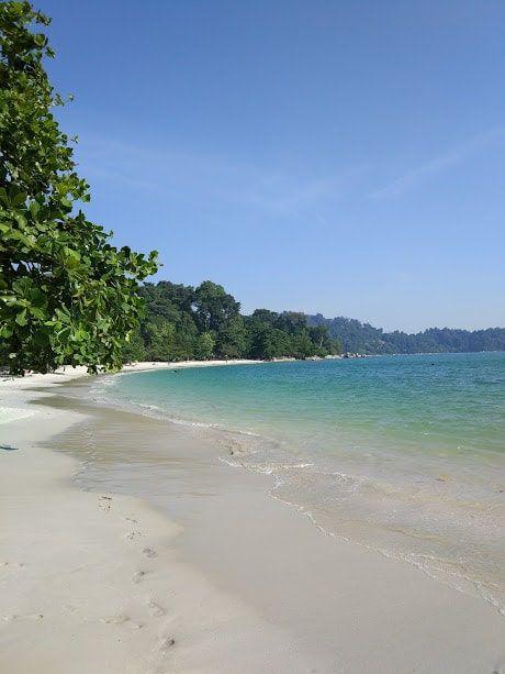 En Malaisie - Sur l'île de Pangkor dont on a connu l'existence seulement puisqu'on souhaitait nous reposer sur une île et en parcourant MapsMe on a vu cette petite île qui nous semblai sympathique. Du coup, on a cherché des informations sur des blogs de voyage et on a pris notre décision de migrer vers cette destination peu touristique !