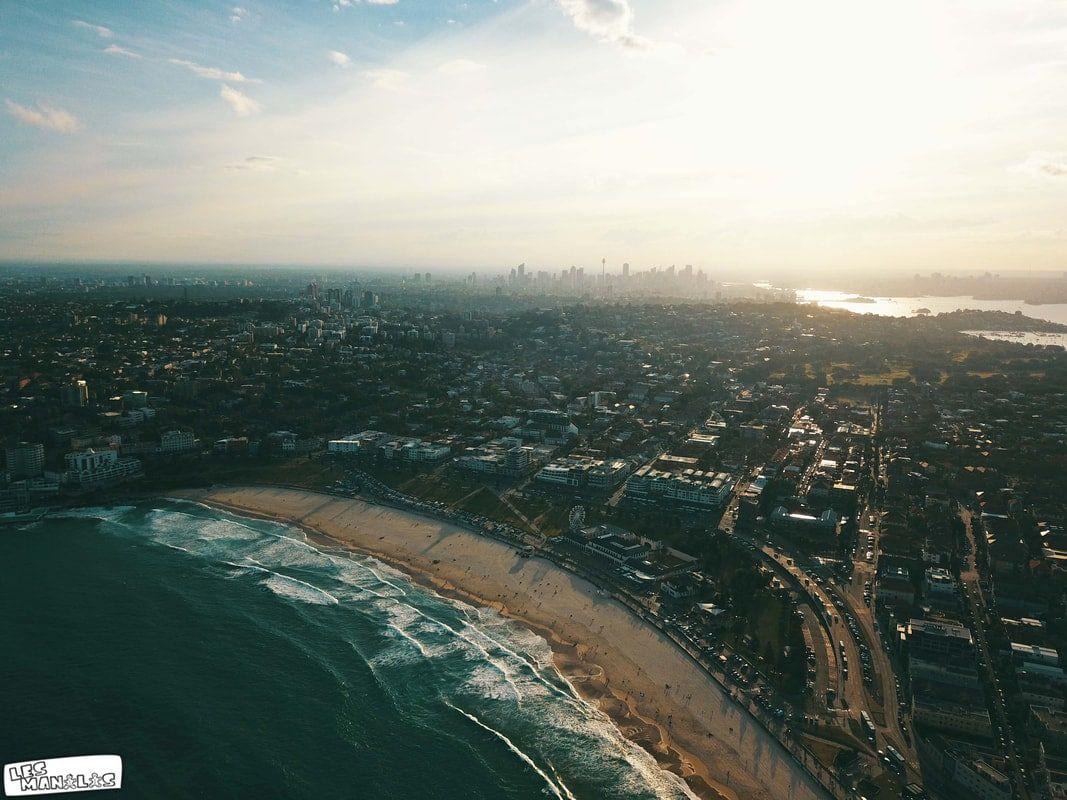 Plage de Bondi avec vu sur la ville de Sydney