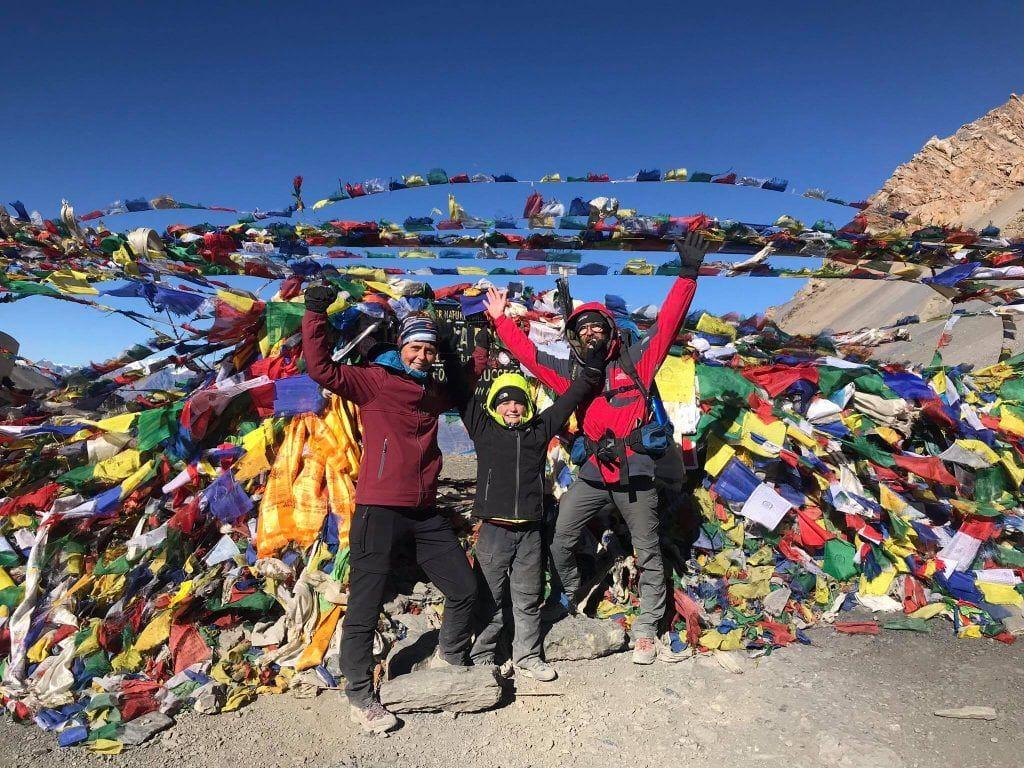 La Vagabond Family au sommet de Thorong La Pass 5 416m Himalaya au Népal, Annapurna