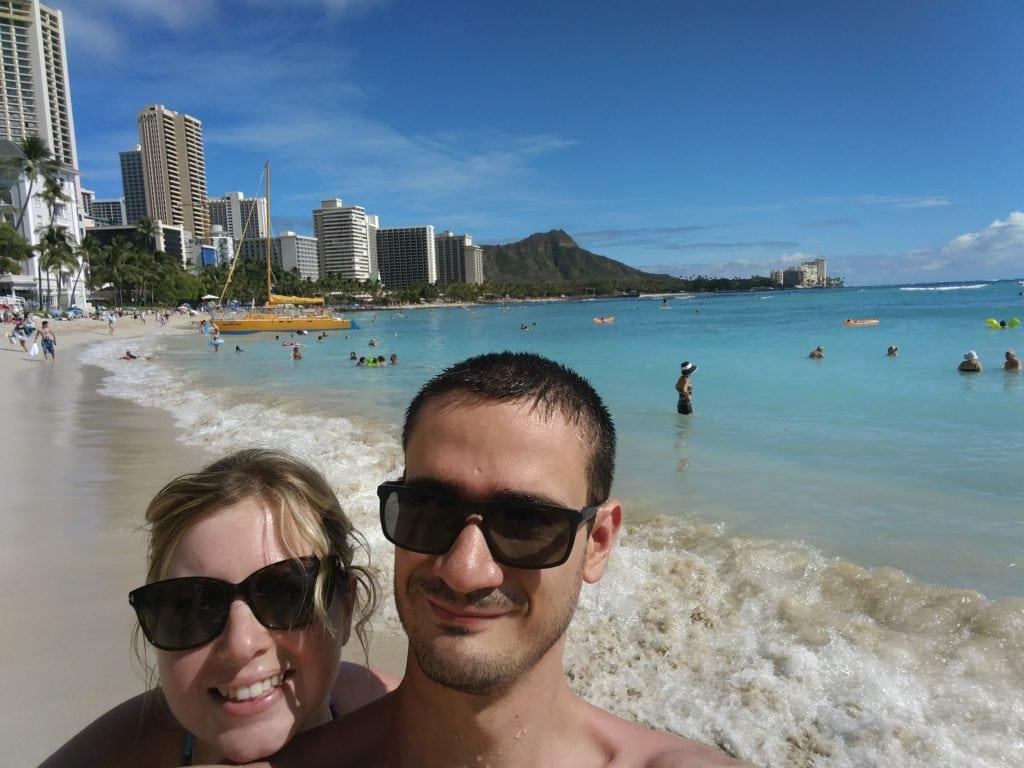 Laura et Mathieu sur Waikiki Beach à Honolulu, Hawaï, Etats-Unis