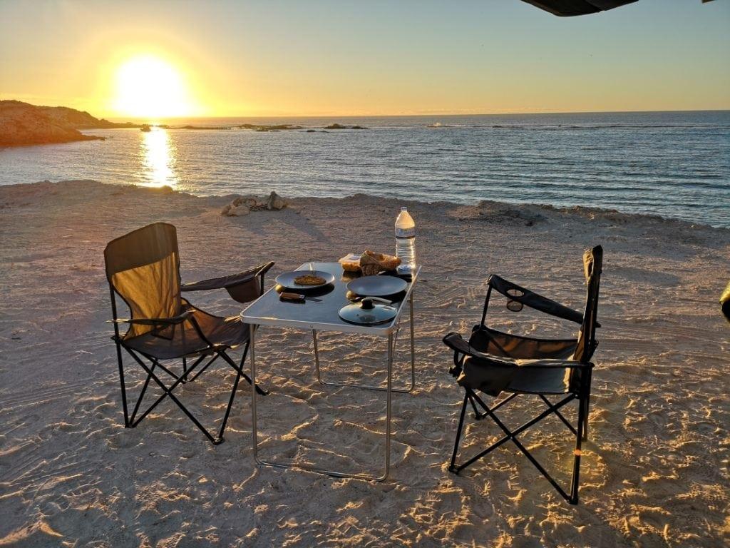 Seuls sur une falaise avec vue sur l'océan dans le South australia, Australie
